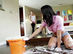 Wicked - muddy maid Keisha Grey works for her tip