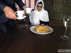 Belle arabe Hungry Dame Gets Food and plus Get down and dirty