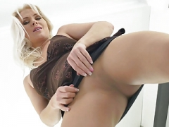 European milf Kathy loves the feeling of nylon on her muff
