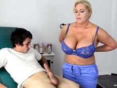 Gordinha na Punheta - Amateur blonde nurse with big ass gives handjob to her patient