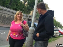 Mom with Huge Melons and a Huge Arse, gets Pickpocketed!