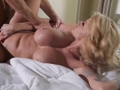 Curvy stepmom Joslyn James helps her new son relax